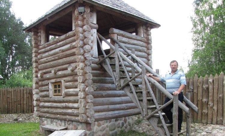– Z drewnianych, zbudowanych w grodzie wieżyczek można obserwować przyrodę – mówi Piotr Łukaszewicz.
