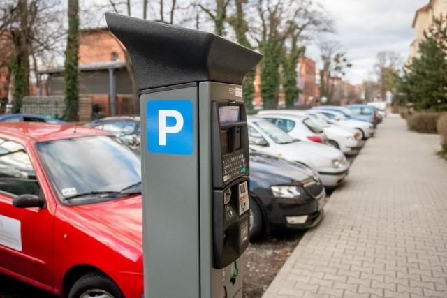 Strefa Płatnego Parkowania na Łazarzu i Wildzie objęła już 40 ulic. Pozostałe w tych rejonach będą włączone dopiero wtedy, gdy uda się wymalować i postawić komplet oznaczeń.