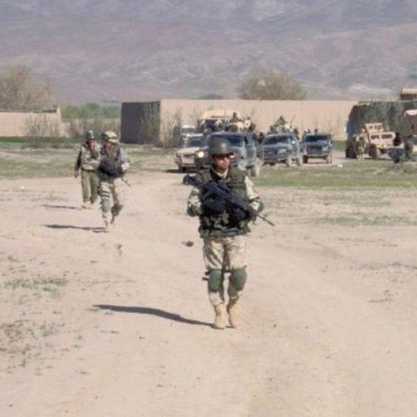 Żołnierze wyjaśniają, że afgańscy policjanci pracują na dwie strony.