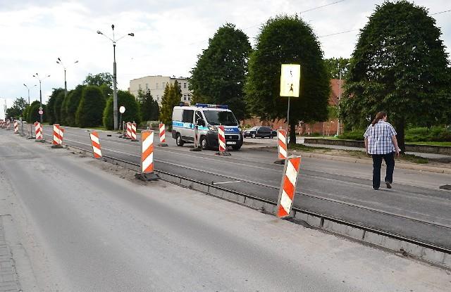 Od dłuższego czasu na al. 23 Stycznia utrudniony jest ruch pojazdów, ze względu na remont torowiska tramwajowego