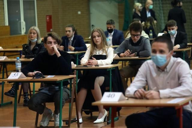 Toruńscy uczniowie podczas tegorocznych matur okazali się lepsi od swoich rówieśników w regionie i kraju jeśli chodzi o zdawalność egzaminów. My natomiast sprawdziliśmy, jak z przedmiotów obowiązkowych wypadły poszczególne licea w mieście. Nasze zestawienie przygotowaliśmy na podstawie danych udostępnionych przez Okręgową Komisję Egzaminacyjną w Gdańsku.  >>>>>