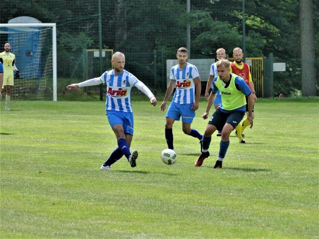 MKP Szczecinek (biało-niebieskie stroje) zremisował w meczu sparingowym z Gwardią Koszalin 2:2.