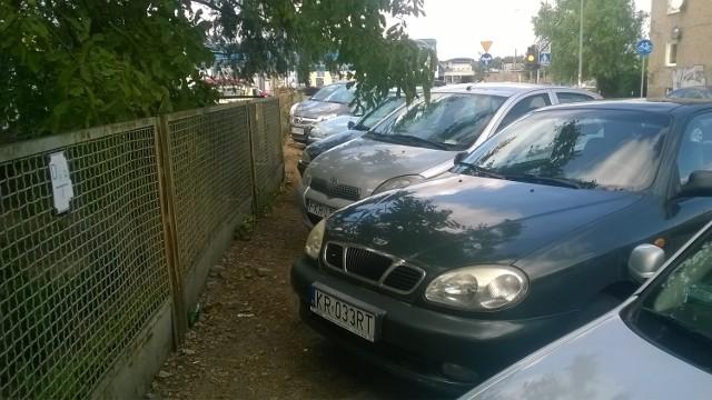 W rejonie ulicy Borowskiej kierowcy parkują gdzie popadnie