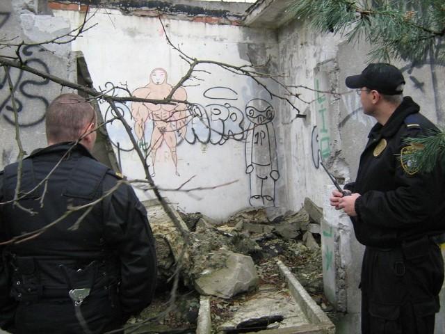 W opuszczonym budynku dawnej stacji PKP w podwłocławskim Brzeziu bezdomni nie przetrwaliby mrozów