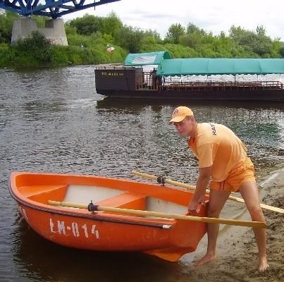 - Przede wszystkim zabezpieczamy kąpielisko - mówi Rafał Poreda. - Obserwujemy jednak całą rzekę i brzegi. Zauważywszy coś podejrzanego, od razu wzywamy policję.
