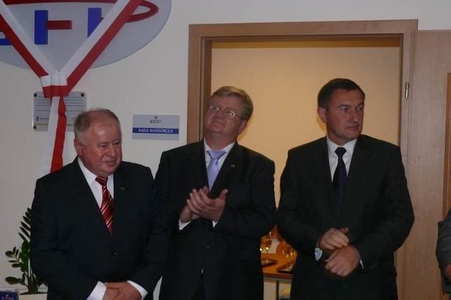Honory gospodarza na otwarciu nowej siedziby funduszu pełnił prezes Ryszard Stępień (pierwszy z lewej). Wśród gości był między innymi wicemarszałek województwa Grzegorz Świercz.