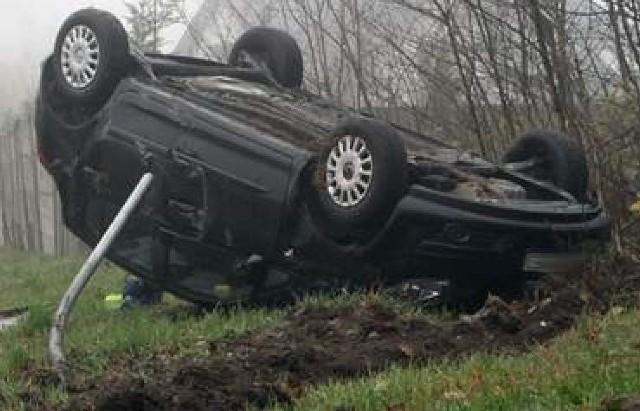 Na drodze Zielona Góra - Nowogród Bobrzański często dochodzi do wypadków. 22 listopada w Wilkanowie pod Zieloną Górą dachował opel corsa.