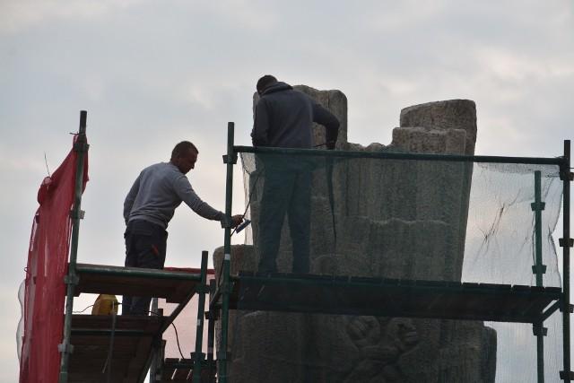 Na Placu Wolności w Sępólnie trwają prace renowacyjne Pomnika Walki i Męczeństwa