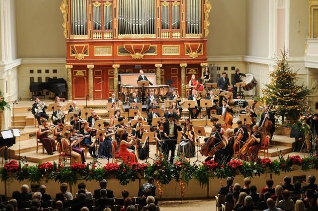 """Wykonawcą muzyki w spektaklu """"Królowa śniegu"""" będzie Sinfonietta Polonia pod batutą Cheung Chau"""