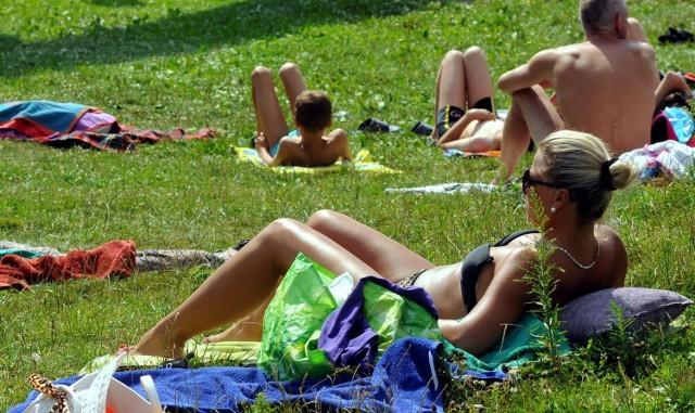 POGODA NA LATO 2019 PROGNOZA POGODY NA WAKACJE 2019Jaka będzie pogoda latem w 2019 roku. Czy czerwice będzie upalny? Prognozy pogody ciekawią szczególnie osoby wybierające się na urlop latem 2019 roku. Jaka będzie pogoda w Polsce latem 2019 roku? Prognoza pogody na lipiec i sierpień? - To będzie wyjątkowo gorące i słoneczne  lato - uważa Zdzisław Cyganiak, obserwator przyrody z Wartkowic.Cyganiak, który przepowiedział na ten rok bardzo zimną wiosnę, teraz nie ma wątpliwości: w końcu nadchodzą letnie upały.