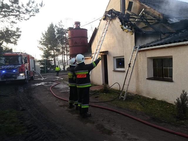 Przed 9 rano w miejscowości Szczurawice (powiat ostrowski) doszło do pożaru kotłowni i poddasza w jednym z budynków mieszkalnych.