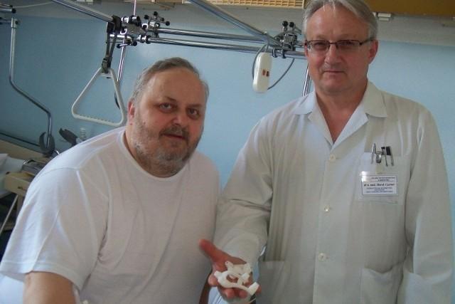 Dr Marek Czerner (z prawej) pokazuje przysłane ze Stanów Zjednoczonych unikalne elementy, które mocuje się na kości w czasie operacji zakładania implantu. Pacjent ks. Jerzy Chyła, który jako pierwszy został zoperowany nowatorską metodą, ma nadzieję, że wkrótce odzyska sprawność.