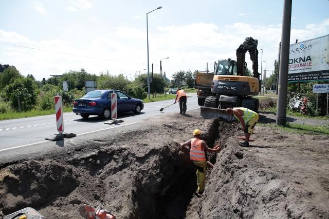 Zakończenie prac przy Częstochowskiej miasto planuje w końcówce sierpnia. Robotnicy wytyczyli już ślad przyszłego traktu  i wykonują roboty ziemne, potem zrobią podbudowę ścieżki i wyleją na asfalt.