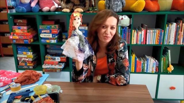 Bibliotekarze zrobili pokaz przez internet dla dzieci jak zrobić kukiełki i teatrzyk w domu