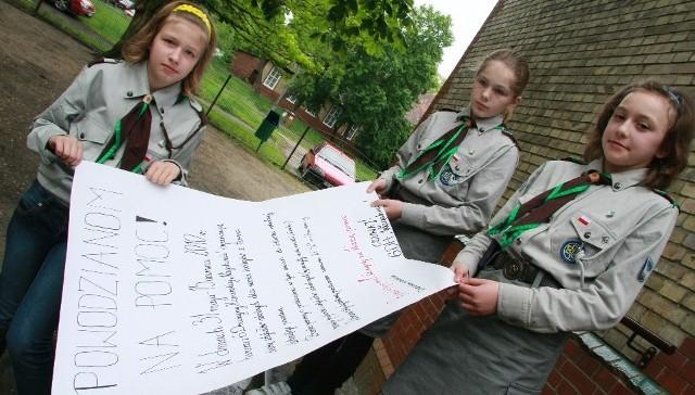 Zbiórkę prowadzą m.in. Wiktoria Śniowska, Milena Hołody i Patrycja Szerszeniów, które namalowały plakat informujący o akcji prowadzonej w szkole.