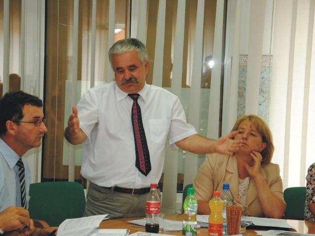 - Uważamy, że odwołanie wójta i rady jest konieczne. Utracili zaufanie i poparcie społeczne - twierdzi Lesław Lisowski, radny i inicjator referendum w sprawie odwołania władz gminnych.
