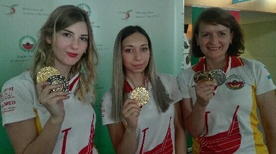 Medale prezentują (od lewej): Katarzyna Komorowska, Klaudia Buczek i Agnieszka Nagay