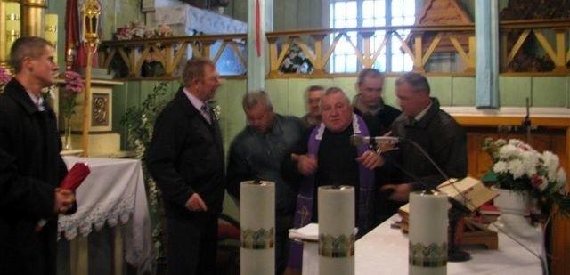Kilku mężczyzn weszło do kościoła w Parciakach i biorąc proboszcza pod ręce, poprosili aby wyszedł spod ołtarza