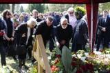Poznań: Pogrzeb Roberta Mirzyńskiego na cmentarzu Junikowskim. Poznaniacy pożegnali znanego radiowca [ZDJĘCIA, WIDEO]