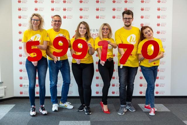 Przedstawiciele Fundacji Jesteśmy Blisko z dumą prezentują rekordową kwotę, jaka wpłynęła na konto Fundacji z 1 procenta podatku.