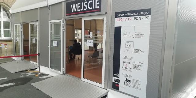Internetowa rezerwacja kolejki, infolinia czy e-PUAP to niektóre ze sposobów na załatwienie  spraw w Urzędzie Miasta Wrocławia. Co prawda dla tych, którzy są zmuszeni odwiedzenia jednego z trzech Centrów Obsługi Mieszkańców, otwarto specjalne namioty-poczekalnie, jednak wydłużyła się lista spraw, które można załatwić bez konieczności wielogodzinnego czekania w kolejkach. Na kolejnych stronach wyjaśniamy, jak zarezerwować miejsce w nowym systemie kolejkowym oraz, w jakich sprawach możemy się umówić na wizytę.