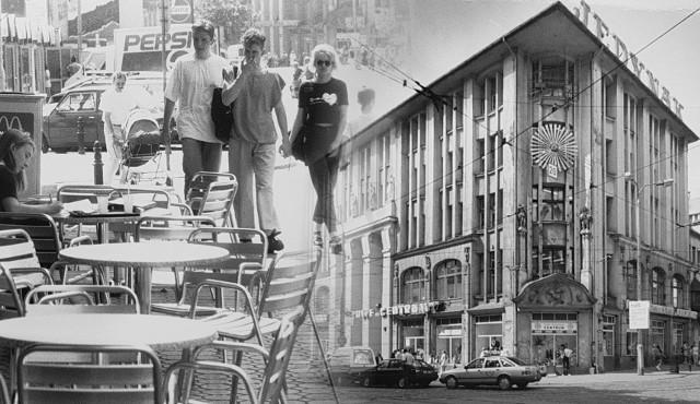 """Zabieramy Was w podróż do lat 80.i 90. Na archiwalnych zdjęciach zaglądamy na handlowe bydgoskie ulice. Spacerujemy też schodami, którymi wielu z was setki (tysiące?) razy schodziło i wchodziło w drodze do szkoły i pracy. Na ulicach królują """"maluchy"""", polonezy, nysy i fiaty 125. Poznajecie te miejsca? Może na zdjęciach rozpoznacie siebie, lub kogoś znajomego...Przesuń zdjęcie gestem lub naciśnij strzałkę w prawo"""
