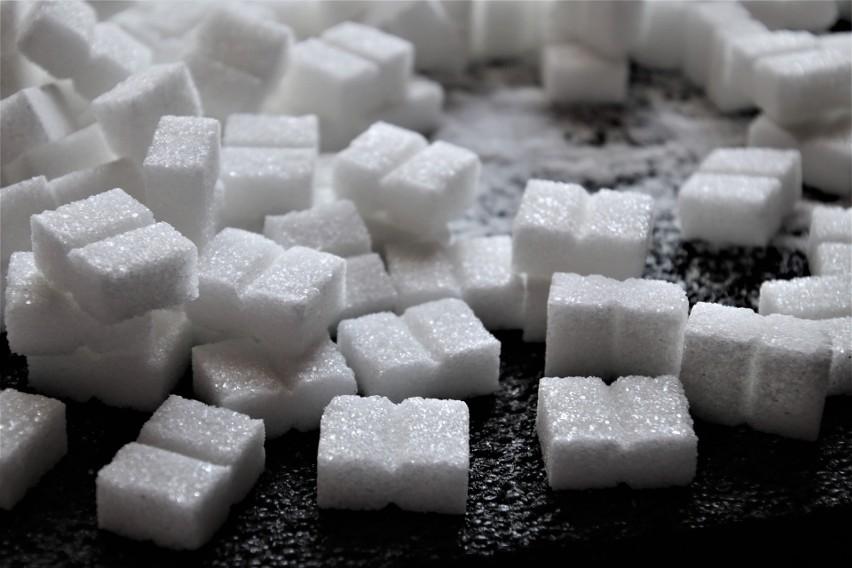 Cukry, w tym syrop kukurydziany o wysokiej zawartości...