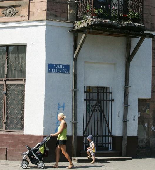 Widoczny na zdjęciu trzymający się na słowo honoru balkon znajduje się w budynku na rogu al. Bohaterów Warszawy i Mickiewicza. Mieszkańcy boją się, że nim dojdzie do jego remontu, runie w dół na przechodniów.