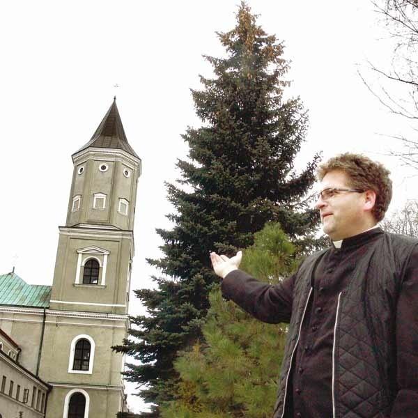 Konieczne jest wzmocnienie fundamentów, ponieważ trudno przewidzieć skutki pochylania się wieży - mówi ks. Paweł Konieczny.
