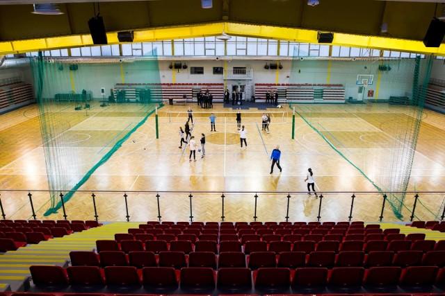 Trwa właśnie trzeci etap odmrażania sportu w Polsce. Od początku tego tygodnia można korzystać z hal i sal sportowych, a do tego dozwolona jest zwiększona liczba osób na otwartych obiektach.