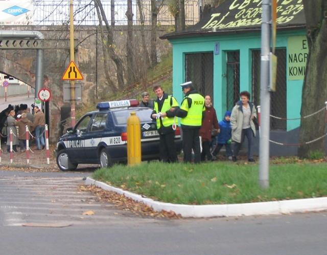 Policjanci przez większość czasu mogli z boku przyglądać się sytuacji na największym skrzyżowaniu w sąsiedztwie stargardzkiego cmentarza.