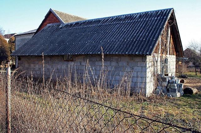 """Celem dotacji programu """"AZBEST"""" jest poprawa stanu środowiska poprzez usunięcie i unieszkodliwienie wyrobów zawierających azbest (płyt falistych, płyt płaskich wykorzystywanych jako pokrycia dachowe, okładzin ściennych, przegród wewnętrznych) na terenie miasta Poznania."""