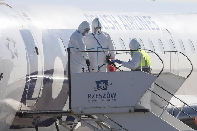 """7 kwietnia 2020 na lotnisku w Jasionce wylądował specjalny samolot PLL LOT. Na Podkarpacie przylecieli nim pasażerowie z Mediolanu i Rzymu. Wszyscy objęci zostali 14-dniową kwarantanną w ośrodku wypoczynkowym """"Rewita Solina"""". Zostali tam przewiezieni bezpośrednio z lotniska."""