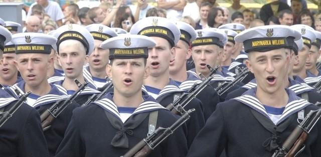 Wakacyjna przysięga marynarzy w Ustce.