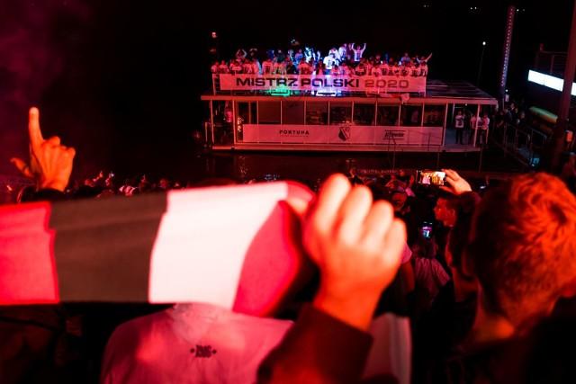 Legia Warszawa na dwie kolejki przed końcem sezonu 2019/2020 PKO Ekstraklasy zapewniła sobie tytuł mistrza Polski. Ze względu na panujące obostrzenia związane z pandemią koronawirusa, zamiast fety na Starym Mieście, klub zorganizował dla drużyny Aleksandara Vukovicia rejs po Wiśle. Wzdłuż brzegu bawili się kibice. Zobacz zdjęcia!