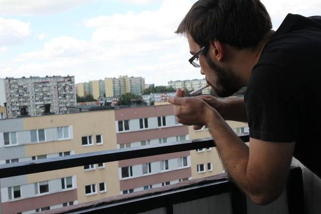 - Balkon zaś jest miejscem prywatnym i w związku nie można zabronić palenia na nim w oparciu o ten akt.W braku przepisów powszechnie obowiązujących, za próbę rozwiązania problemu wzięły się spółdzielnie i wspólnoty mieszkaniowe. Coraz częściej zamieszczają w regulaminach zakaz palenia na balkonach i loggiach – ale niestety taki zapis nie gwarantuje, że niepalący sąsiedzi będą wolni od dymu papierosowego. Uchwały nie są prawem powszechnie obowiązującym, więc nie można administracyjnie karać naruszycieli.