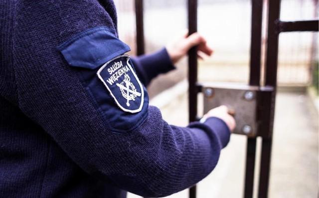 Aż 63 etaty ma do obsadzenia dyrektor Okręgowej Służby Więziennej w Łodzi. Trwa nabór na strażników działu ochrony, czyli tzw. klawiszy. Szukają zarówno mężczyzn jak i kobiet.Jakie warunki trzeba spełniać i ile można zarobić?