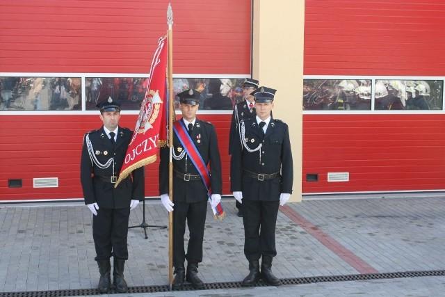 Strażacy gotowi do uroczystości.