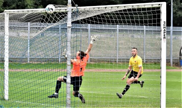 IV liga piłkarska w Małopolsce, grupa zachodnia: Unia Oświęcim - Orzeł Ryczów 0:3. Na zdjęciu: Mateusz Lampart zdobywa trzecią bramkę dla ryczowian.