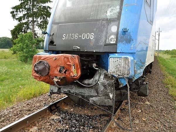 Straszliwe skutki zdarzenia traktora z pociągiem nieopodal Grzmiącej w powiecie szczecineckim.