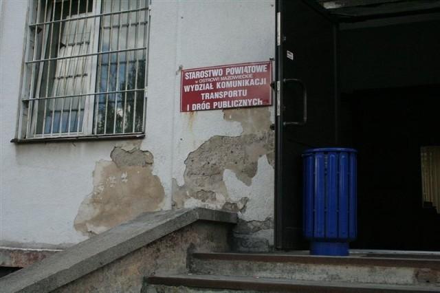 Tak wygląda wejście do budynku starostwa przy ul. Brokowskiej.