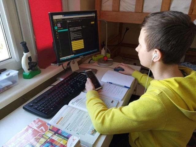 Od środy, 25 marca szkoły prowadzą naukę zdalną. Nauczyciele realizują program nauczania i mają prawo oceniać uczniów za pracę online. Jakie są wrażenia rodziców i nauczycieli po pierwszym dniu nauki z domu?