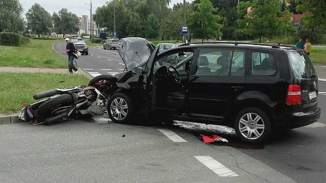 W piątek (12 sierpnia), po 13.00 volkswagen zderzył się z motocyklem. Siła uderzenia była duża. Volkswagen ma zniszczony przód, motocykl jest wciśnięty w krawężnik. Do wypadku doszło na ul. Górczyńskiej, a dokładnie w okolicy przejazdu między nitkami (poniżej Castoramy). Na razie nie mamy informacji o tym czy, kto i jak ucierpiał w zderzeniu.Zobacz też:   Wypadek na obwodnicy Gorzowa. Dwie osoby nie żyją