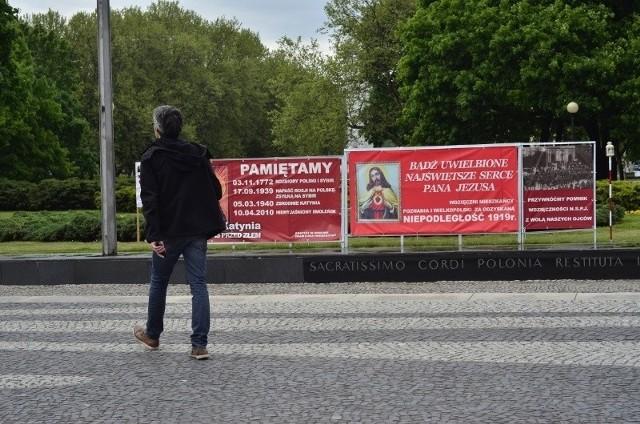 Instalacje z plakatami znajdujące się przy pomniku Poznańskiego Czerwca mają zniknąć najpóźniej do piątku - zapowiada Zarząd Zieleni Miejskiej i organizator wystawy