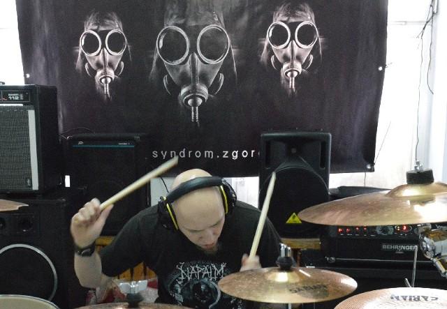 Zespół Syndrom gra w składzie: Rafał Szmigielski (gitara), Bartosz Jęczała (bas), Vadim Zawadzki (gitara), Jakub Bukowski (wokal), Paweł Pusz (perkusja).