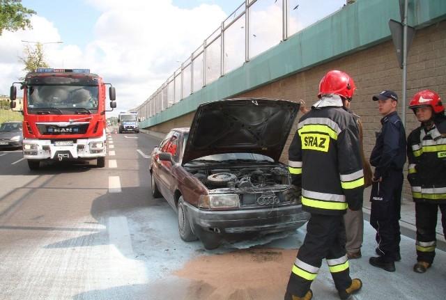 Audi 80 udało się ugasić zanim ogień się rozprzestrzenił.