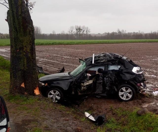 Tragiczny wypadek w Radominie. Samochód osobowy uderzył w drzewo. Jedna osoba nie żyje