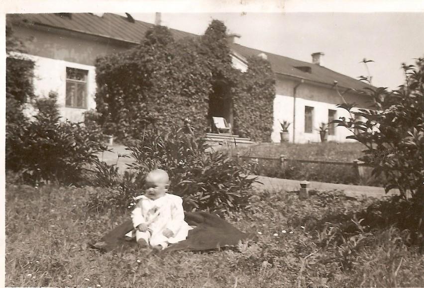Mały Andrzej Krychowski przed dworkiem na Sławinie, rok 1937. Budynek wrócił do rodziny.