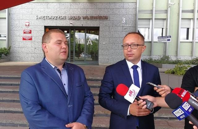 Od prawej: świętokrzyski poseł Platformy Obywatelskiej Artur Gierada i rzecznikprasowy partii w regionie Michał Gaweł.