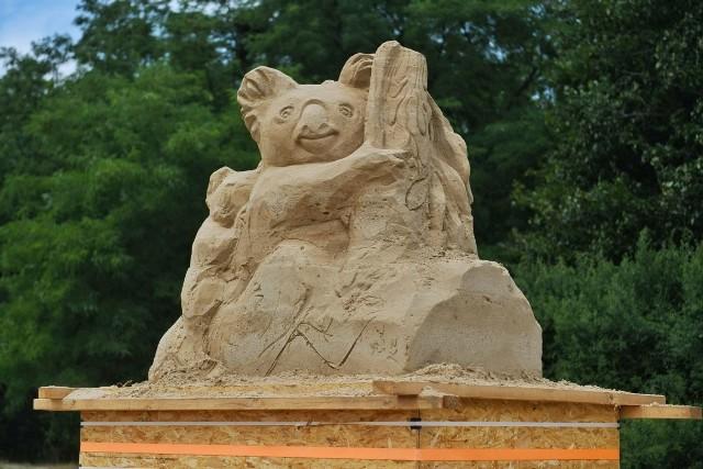 Trwa Poznań Sand Festival, czyli pierwszy Festiwal Rzeźby Piaskowej. W okolicy Term Maltańskich można już podziwiać piaskowe cuda. Rzeźbiarki tworzą wyjątkowe dzieła, przedstawiające zagrożone gatunki – pingwina, koalę, sowę, wilka, nosorożca, wiosłonosa, żółwia olbrzymiego oraz jelonka rogacza.Przejdź do kolejnego zdjęcia --->